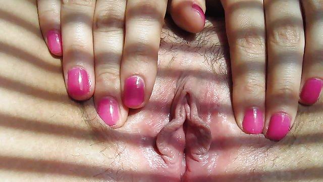 دختری را با شکاف روی زیر شلوار خود در حمل و نقل سکس حشری وحشی با دوربین خود روشن کردم
