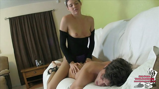 دامن porn حشری یک دختر را با یک دوربین نگاه کنید