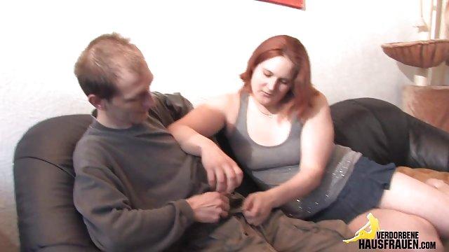 مادر به طور غیر منتظره ای تصمیم به سکس حشری وحشی مکیدن فالوس پسرش گرفت