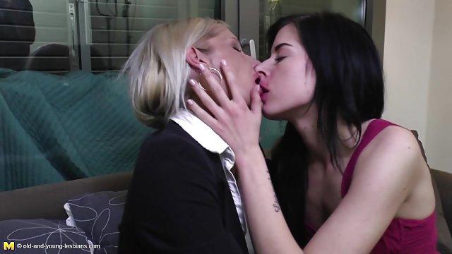 دوستان یک دختر porn حشری را برای دو نفر لعنتی