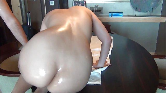 چک پترا یک بدن ورزشی را که با دستانش روغن می زد سکس با مادرزن حشری نشان داد