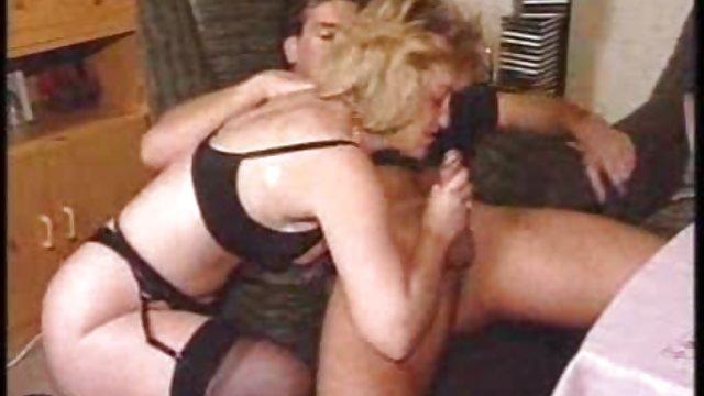 زن با بزرگنمایی در حال گاییدن کس حشری نمایش
