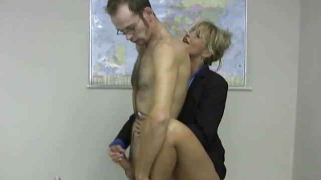 مرد بالغ با دیک حشری خونه ریحانه خود کلاس استاد را نشان می دهد