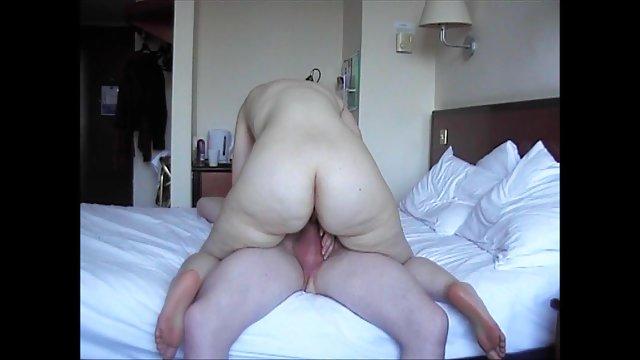 زن بالغ توسط سکس حشری وحشی معشوق خود لعنتی می شود