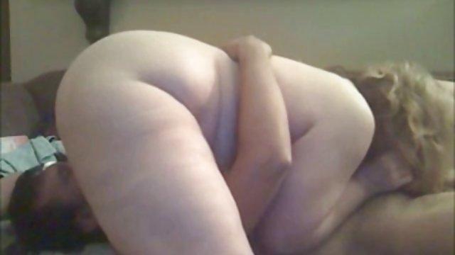 دو دوست دختر در دوربین لگد می زنند که از طریق رابطه كس حشري جنسی با یک مرد ارگاسم را تجربه می کنند