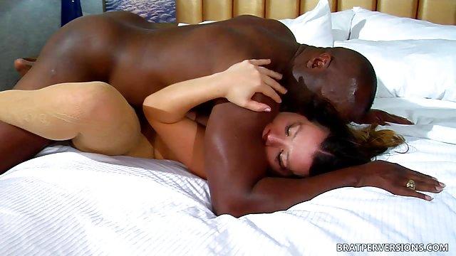 در این فیلم پورنو اسپرم زیادی وجود دارد - درون و روی بدن. درحال نمایش فیلم درآوردن کوک در فیلم