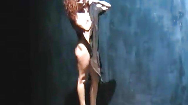 او عکس کس حشری دوربین را زیر لباس خانمها پایین آورد و به الاغش نگاه می کند