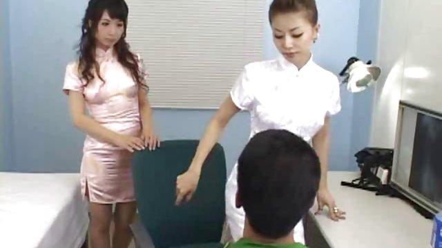 دو شلخته که با یک چشمه در اپراتور دوربین ختم می شود کلیپ حشری